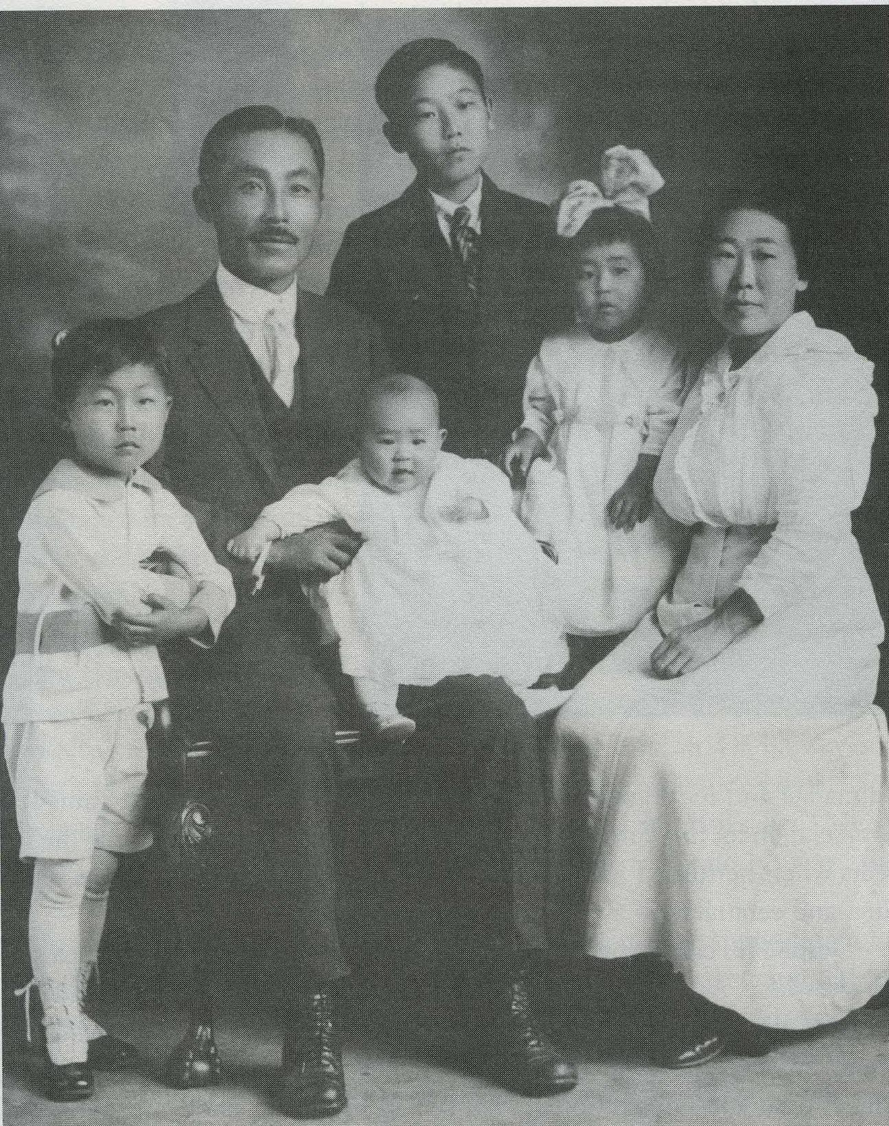 도산 안창호 가족사진, 왼쪽부터 안필선, 도산, 안수라, 안필립, 안수산, 이혜련 여사 (1918)